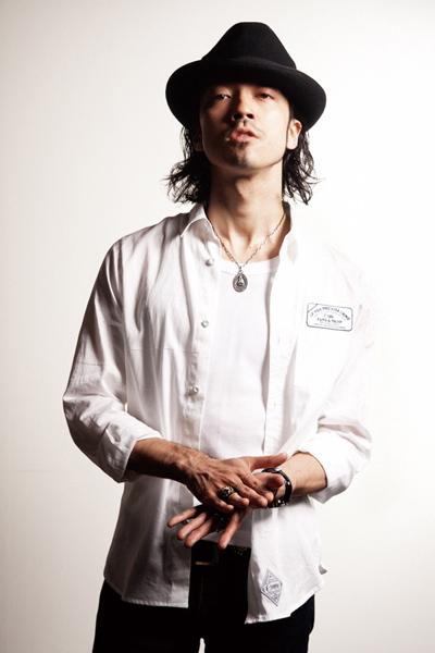 白シャツの金子ノブアキ
